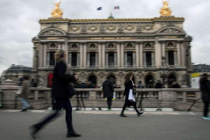 Devant l'Opéra Garnier, en mars 2018.