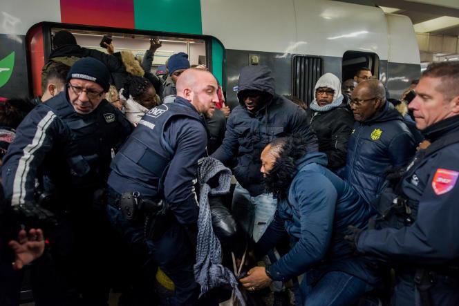 Le quai du RER B direction Mitry-Claye, à Paris, le 9 décembre. Des agents de la SNCF interviennent pour évacuer une passagère.