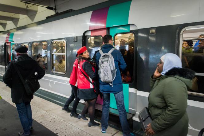 Malgré les nombreux agents SNCF déployés le long du quai du RERB, la montée et la descente du train étaient difficiles, à Paris, le 9décembre.