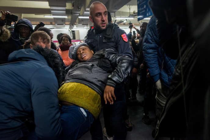 Le 9 décembre, une femme qui attendait le RER B est evacuée après une cohue Gare du Nord.