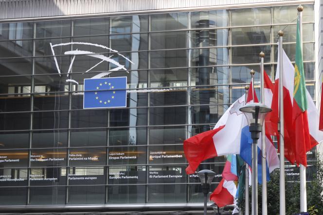 «Aucun fonds européen ne vient compenser la perte annuelle de 10% des médecins roumains, partis soigner des patients à l'Ouest. » (Photo: le Parlement européen àBruxelles avec les drapeaux des nations.)