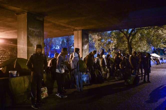 Des migrants attendent d'être évacués par la gendarmerie, à Paris, le 7 novembre.