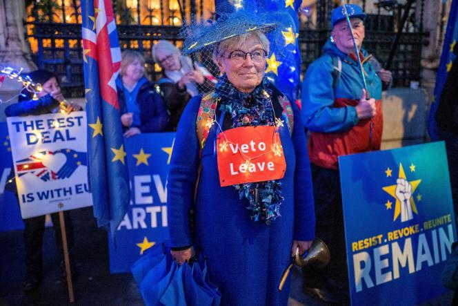Des manifestants anti-Brexit se rassemblent devant le Parlement à Londres, le 4 novembre.