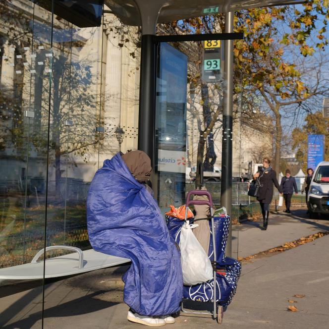 «L'architecture du mépris, c'est une manière d'aménager l'espace en ciblant un certain type d'individus, comme les sans-abri. Supprimer les bancs, privilégier un mobilier assis-debout, cela nous vise tous», explique Mickäel Labbé. Ici, un abribus parisien.