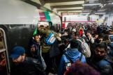 Un nombre important de voyageurs tentent de prendre le RERB, lundi 9décembre, à Paris.