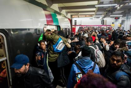 Un nombre important de voyageurs tentent de prendre le RER B, lundi 9 décembre à Paris.
