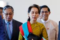 Aung San Suu Kyi à l'aéroport de Naypyidaw (Birmanie), le 8 décembre. Photo transmise par les autorités birmanes.
