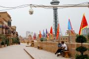Une caméra de surveillance à Kashgar (Xinjiang), en septembre 2018.