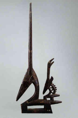 «Cet élégant cimier, surmonté d'une antilope femelle portant son faon sur le dos, avait un équivalent masculin dans les présentations symétriques qu'aimait construire Madame. Entité surnaturelle, le ciwara a enseigné aux hommes l'art de l'agriculture à la houe. Sous la forme d'un cimier à l'image de l'antilope mâle et femelle, il danse en couple, symbolisant l'union du feu et de la terre, pour encourager les jeunes cultivateurs à se dépasser. Les lignes synthétiques et parfaites de cet exemplaire particulièrement graphique combinent vides et pleins, avec ses hautes pattes, la flexion de l'encolure, l'extrémité de la tête ne dépassant pas la pointe du poitrail, les longues cornes dressées et l'illusion d'une continuité entre les membres inférieurs et la figure du faon.»
