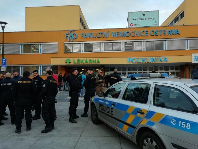 Cette photo, publiée par la police tchèque sur son compte Twitter, montre des policiers devant l'hôpital d'Ostrava, dans l'est de la République tchèque, le 10 décembre 2019.