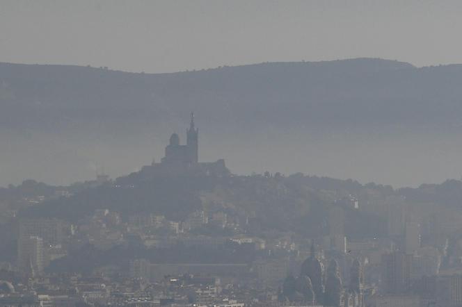 Vue de Marseille lors d'un pic de pollution, le 15 février.