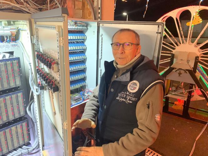 Jacques Fléchet devant les armoires électriques installées dans le garage de la maison de son gendre, à Vezins.