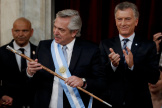 Alberto Fernandez tient la canne présidentielle lors de sa prise de fonctions à la tête de l'Etat argentin, le 10 décembre, à Buenos Aires.