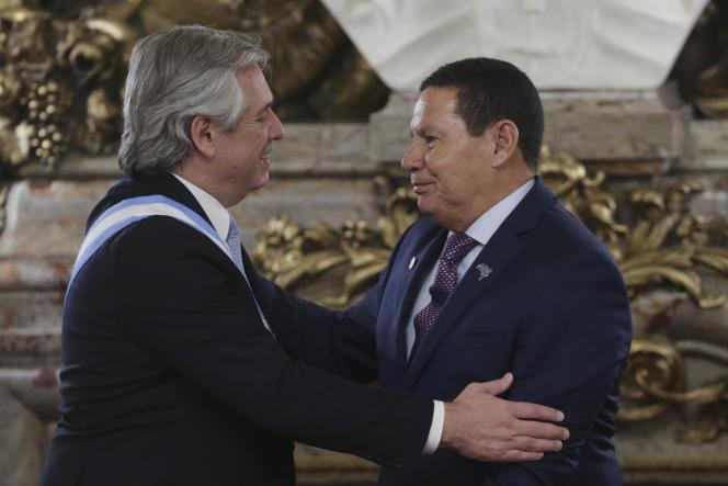 Le nouveau président argentin, Alberto Fernandez (à gauche), et le vice-président brésilien, Hamilton Mourao, le 10 décembre 2019 à Buenos Aires.