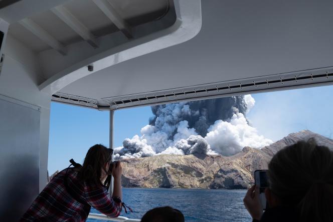 Photo fournie par Michael Schade, un touriste qui a pu quitter White Island à temps, en Nouvelle-Zélande, le 9 décembre 2019.