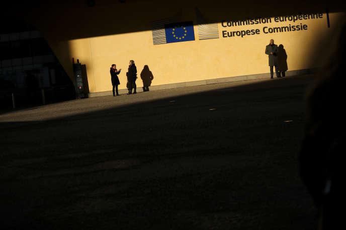 Devant les locaux de la Commission européenne, à Bruxelles, le 10 décembre.