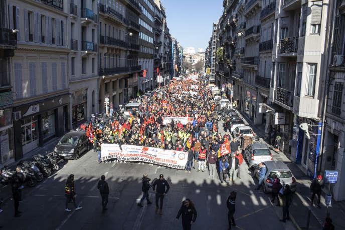 La mobilisation contre la réforme des retraites a rassemblé 12 000 personnes à Marseille, le 10 décembre.