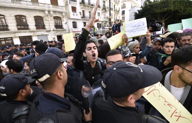 Manifestation contre la tenue de l'élection présidentielle prévue trois jours plus tard, à Alger, le 9 décembre.