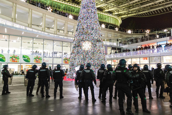 Intervention des forces de l'ordre, le 7 décembre, au cœur du centre commercial Westfield Forum des Halles, à Paris, où s'étaient rassemblés des « gilets jaunes » et des militants anticonsuméristes.