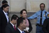 Aung San Suu Kyi quitte la Cour internationale de justice après un premier jour d'audience à La Haye, aux Pays-Bas, le 10 décembre 2019.