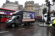 Une camionnette portant une affiche du LibDem, le 12 décembre, à Londres.