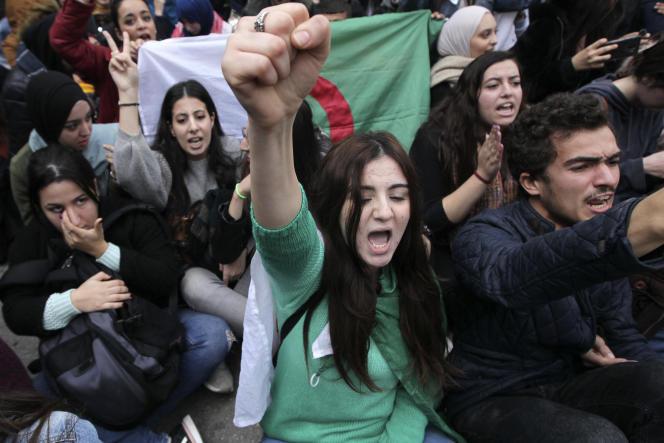 Des étudiants algériens lors d'un rassemblement à Alger, le 9 décembre, à trois jours de l'élection présidentielle rejetée par les contestataires qui s'opposent au gouvernement depuis février.