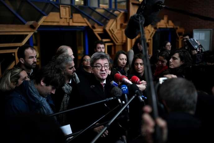 Jean-Luc Mélenchon face aux médias après son procès, autribunal correctionnel de Bobigny (Seine-Saint-Denis), le 9 décembre.
