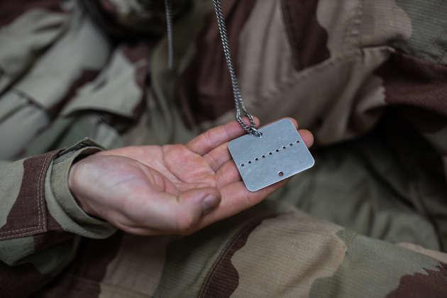 Base de Gao, au Mali, le 4 décembre. Le capitaine Fabien, du 16e bataillon des chasseurs à pied. Il a dirigé la mission de recherche à pied des corps et des pièces d'hélicoptères. Voici sa plaque en métal, que chaque soldat doit porter. Elle est cassée en deux en cas de décès.