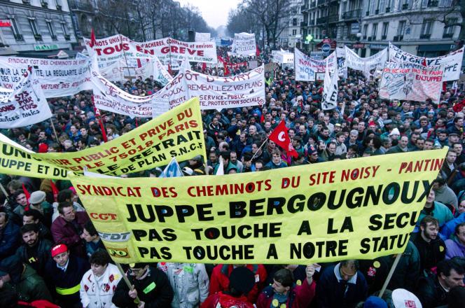 Manifestation le 12 décembre 1995, à Paris, contre les réformes d'Alain Juppé.Les grèves de 1995, qui ont bien plus affecté l'activité que tous les mouvements sociaux ultérieurs, n'ont généré « que » 0,2 point de baisse du PIB trimestriel, selon l'Insee.
