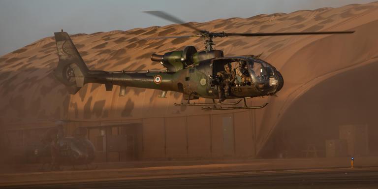 Le 5 decembre 2019, base de Gao, Mali. La base accueille environ 1800 soldats. Un helicoptère Gazelle part en opération.