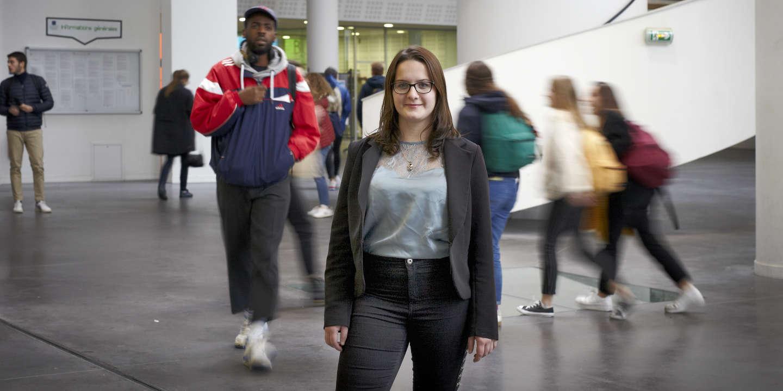 Portrait de Justine Guerry à la faculté de médecine et de pharmacie de Nantes, étudiante accompagnée par l'association BRIO qui aide des étudiants à atteindre des études longues.