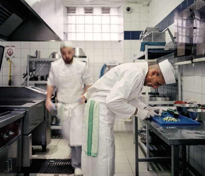 Le 16 octobre, dans la cuisine de la maison d'arrêtdu Puy-en-Velay, en Haute-Loire, deux prisonniers confectionnent une brioche façon pain perdu.
