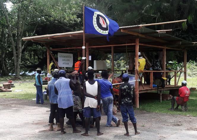 Des électeurs brandissent le drapeau de Bougainville, le 26novembre.