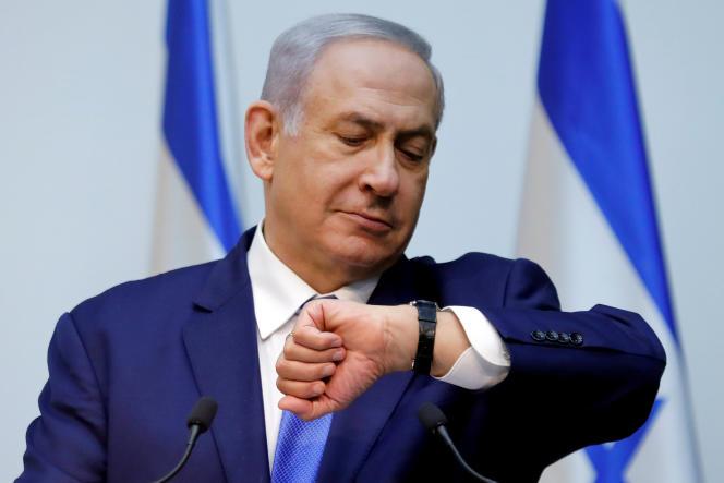 Le premier ministre, Benyamin Nétanyahou regarde l'heure avant une déclaration à la Knesset, le Parlement israélien, à Jérusalem, le 19 décembre 2018.