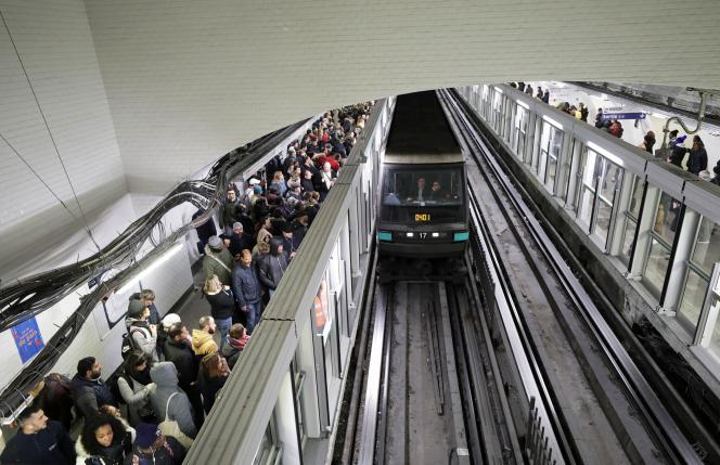 Des usagers du métro patientent sur le quai de la station Gare du Nord, le 11 décembre à Paris.