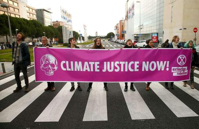Des militants manifestent contre le changement climatique alors que le sommet COP25 sur le climat se tient à Madrid, en Espagne, le 9 décembre.