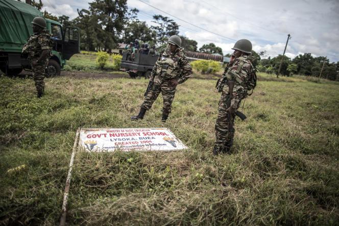 Des militaires camerounais sécurisent les abords d'un bureau de vote près de Buea, dans la région du Sud-Ouest, le 7octobre 2018.
