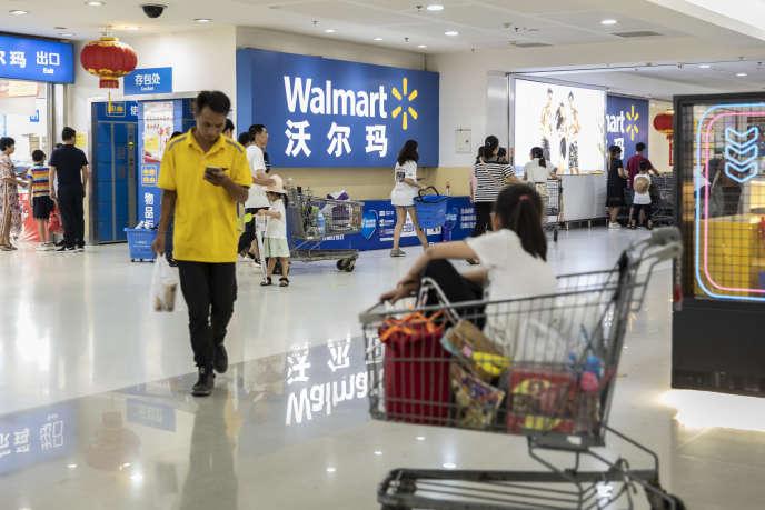 A l'entrée d'un supermarché Walmart, à Xiamen (Chine), le 26 août.