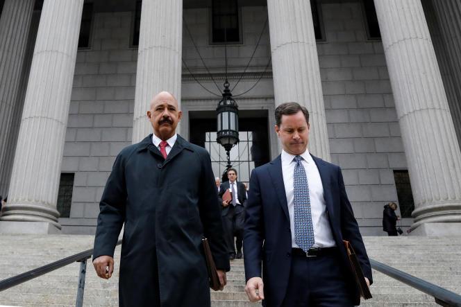 Theodore Wells (à gauche), l'avocat d'ExxonMobil, devant la Cour suprème de New York, le 7novembre.