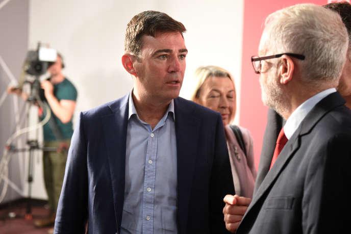 Le maire de Manchester, Andy Burnham, en discussion avec Jeremy Corbyn, chef de fil du Labour.