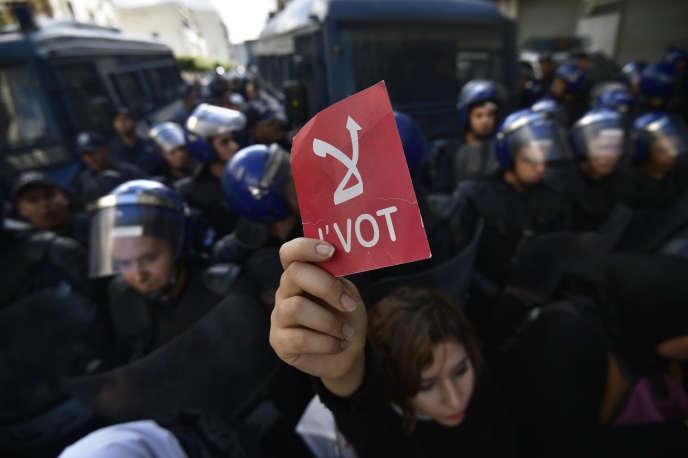 Un carton rouge brandien signe de refus de la tenue de l'élection présidentielle du 12 décembre à Alger, le 10 décembre 2019.