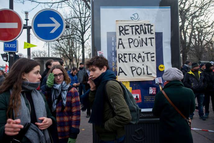 Manifestation contre le projet de réforme des retraites entre Invalides et Denfert-Rochereau, le 10 décembre à Paris.