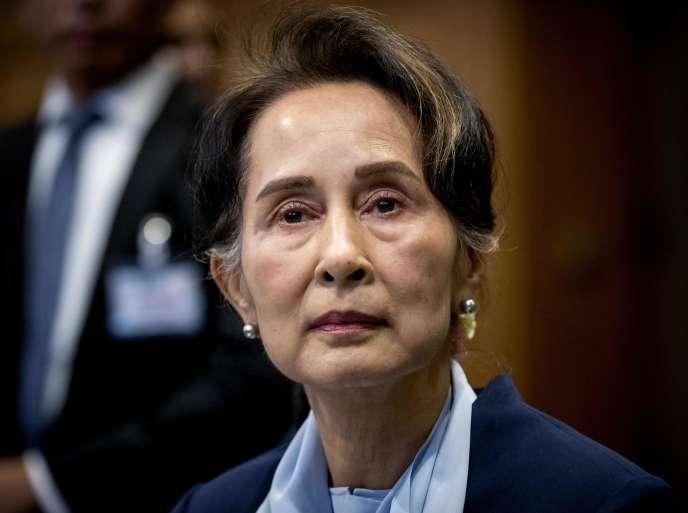Aung San Suu Kyi se rend devant la Cour internationale de justice des Nations unies le 11 décembre 2019 au palais de la Paix de La Haye, le deuxième jour de son audience sur l'affaire du génocide des Rohingya.