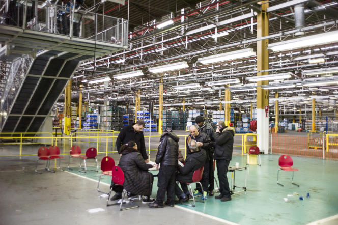 Ouvriers en grève, à l'usine PSA d'Aulnay-sous-Bois (Seine-Saint-Denis), en avril 2013.
