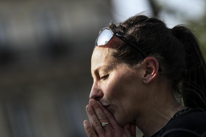 Clémence Calvin à l'arrivée du marathon de Paris, le 14 avril.