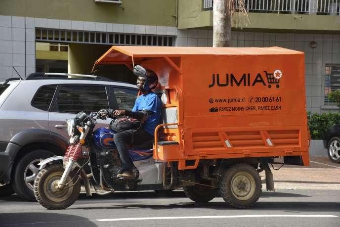 Un livreur de l'entreprise de commerce en ligne Jumia dans une rue d'Abidjan, en avril 2019.