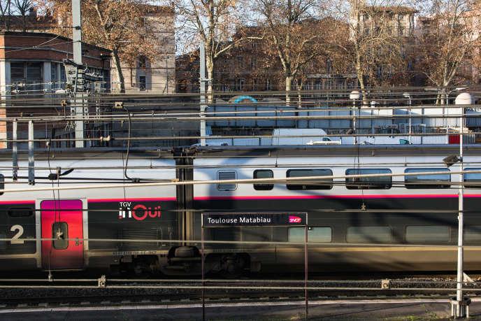 Les TGV à double niveau (comme le InOui blanc ici à Toulouse) sont davantage utilisés pendant ces grèves afin d'embarquer plus de passagers.