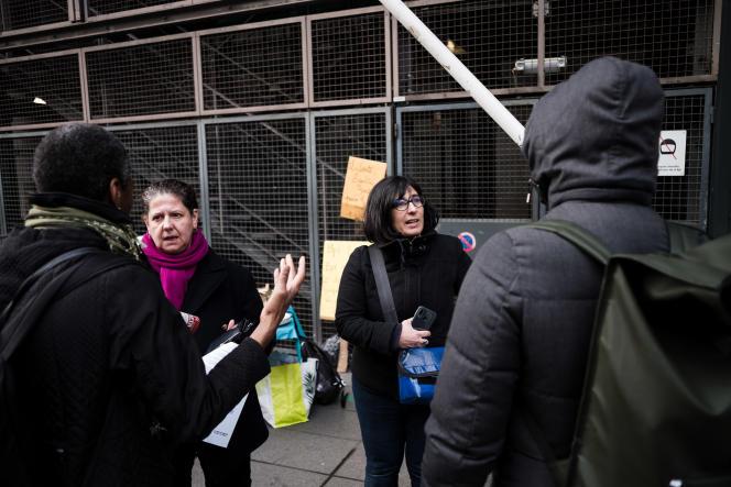 Aurélie, à droite, est bibliothécaire à la BPI du Centre Pompidou. Elle explique le 11 décembre les raisons de la fermeture aux visiteurs.