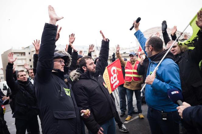 Les cheminots de la gare de Lyon lèvent la main pour voter la reconduction de la grève après avoir écouter le discours d Edouard Philippe, à Paris, le 11 decembre.