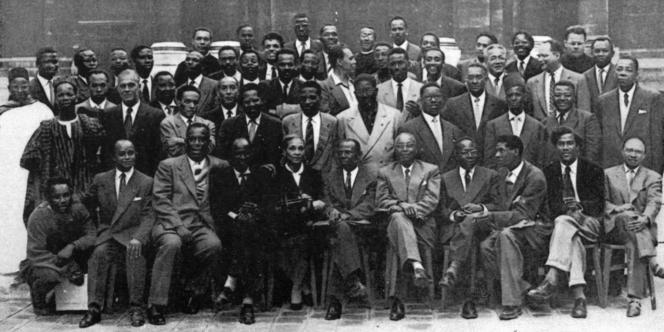 Photo de famille du premier Congrès international des écrivains et artistes noirs, en septembre 1956, à Paris, où figurent, entre autres personnalités : Alioune Diop, Aimé Césaire, Léopold Sédar-Senghor, James Baldwin, Richard Wright, Edouard Glissand,Léon-Gontran Damas...